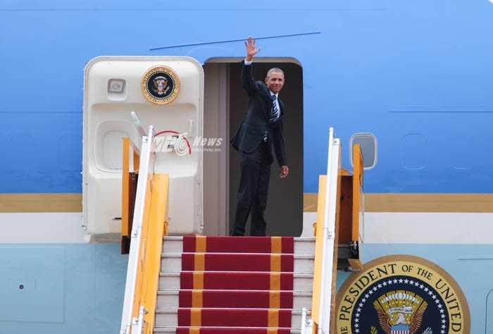 Tổng thống Mỹ vẫy tay chào trước khi bước vào máy bay - Ảnh: Tùng Đinh