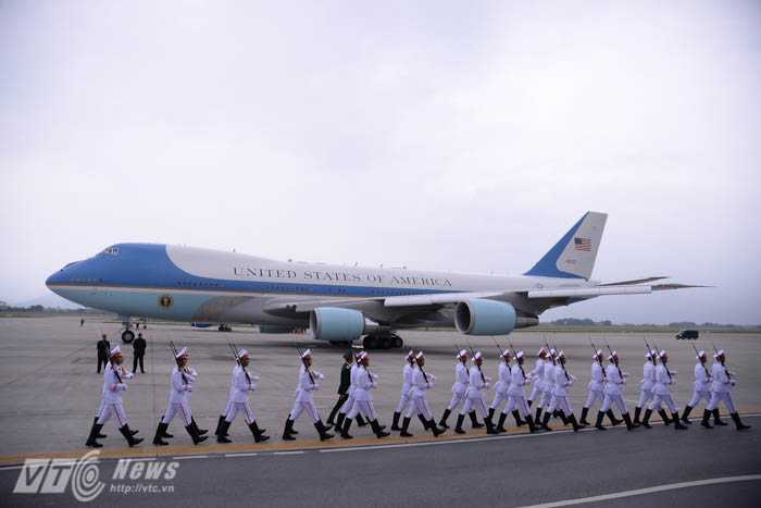 Đội danh dự di chuyển qua Air Force One trước khi máy bay cất cánh - Ảnh: Tùng Đinh