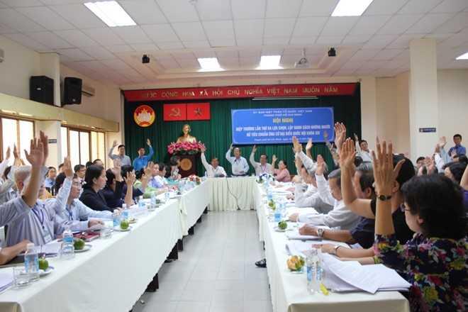 Các đại biểu biểu quyết tại hội nghị hiệp thương lần 3. Ảnh: P.T