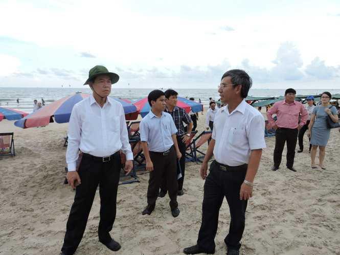 Ông Nguyễn Hồng Lĩnh (đội mũ tai bèo) thị sát tại Bãi Sau, Vũng Tàu chiều 18-5 - Ảnh: Đông Hà