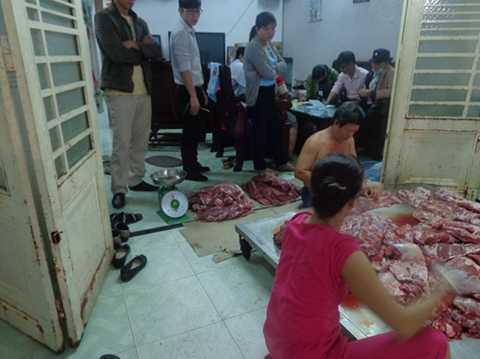 Cán bộ đoàn liên ngành huyện Củ Chi (TP.HCM) kiểm tra cơ sở biến thịt trâu thành thịt bò bán cho người tiêu dùng sáng 2-4 - Ảnh: Trạm thú y Củ Chi cung cấp
