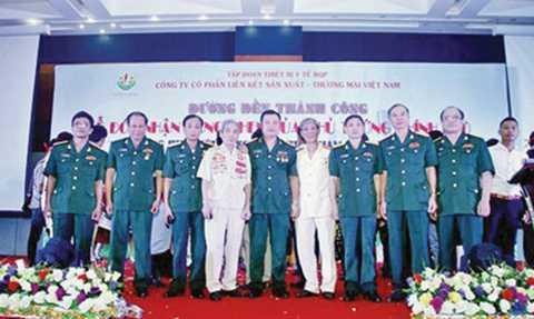 Lê Xuân Giang, Chủ tịch HĐQT Cty Liên Kết Việt đã lợi dụng hình ảnh của một số cán bộ nghỉ hưu để lừa đảo.