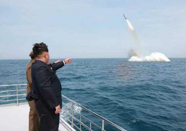 Nhà lãnh đạo Triều Tiên Kim Jong-un theo dõi một vụ thử thử tên lửa