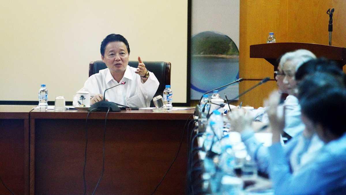 Bộ trưởng Bộ TN&MT Trần Hồng Hà chủ trì buổi họp với các bộ ngành chiều 27-4 - Ảnh: Nguyễn Khánh
