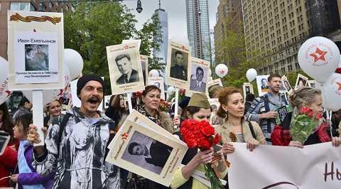 Người dân New York cũng tham gia vào lễ diều hành của Trung đoàn bất tử