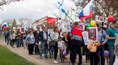 Dòng người tham gia diễu hành Trung đoàn Bất tử ở thành phố Montreal
