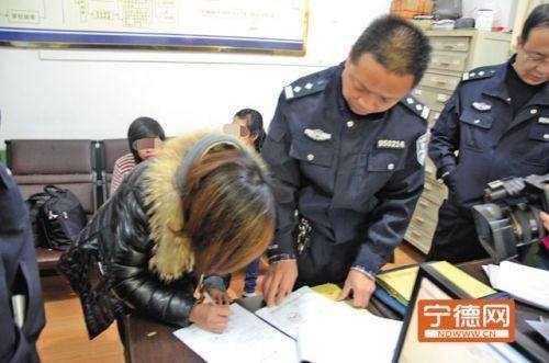 Nhóm cô dâu Việt đang hoàn thiện đơn từ liên quan tại cơ quan công anNhóm cô dâu Việt đang hoàn thiện đơn từ liên quan tại cơ quan công an