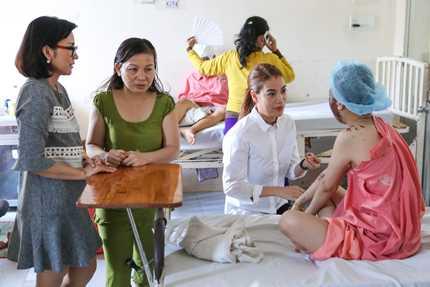 Trương Ngọc Ánh tặng 30 triệu đồng cho nữ sinh bị tạt axit