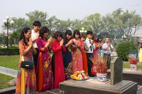Thầy cô cùng các em học sinh đến viếng và thắp hương mộ anh hùng liệt sĩ Phan Đình Giót.