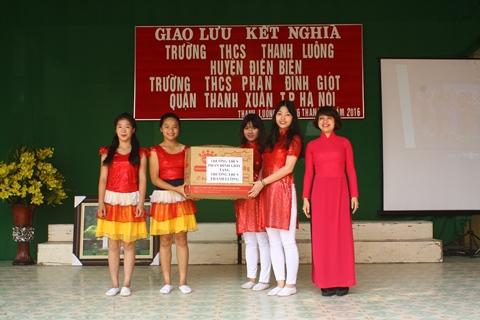 Trao quà và giao lưu văn nghệ giữa trường THCS Phan Đình Giót và trường THCS Thanh Luông.