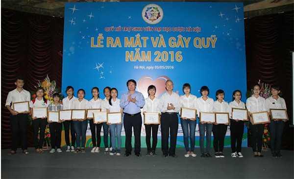 TS Trương Quốc  Cường, Cục trưởng  Cục Quản lý Dược và GS.TS Phạm Thanh Kỳ, Nguyên Hiệu trưởng Đại học Dược Hà Nội trao học bổng cho sinh viên.