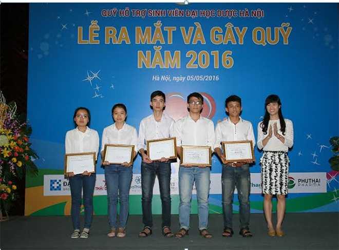 Sinh viên nhận học bổng từ Quỹ hỗ trợ sinh viện ĐH Dược Hà Nội.