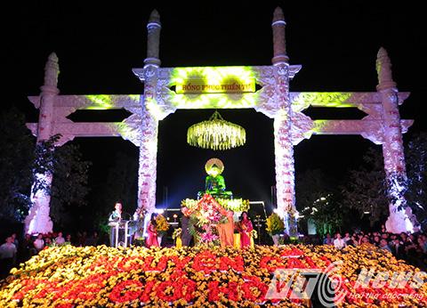 Lãnh đạo TP Hải Phòng tặng hoa chúc mừng chư tôn đức, tăng ni Giáo hội Phật giáo Việt Nam TP Hải Phòng trong giờ phút thiêng liêng chiêm bái Phật Ngọc Hòa bình thế giới