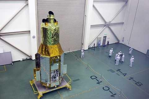Vệ tinh Hitomi trước khi phóng vào không gian.