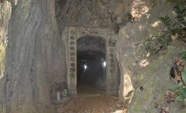 Hang Thánh Hoá nơi có mùi thơm đặc biệt sau khi sư Tổ Thuỷ Nguyệt qua đời. Ảnh: Đ.Tuỳ