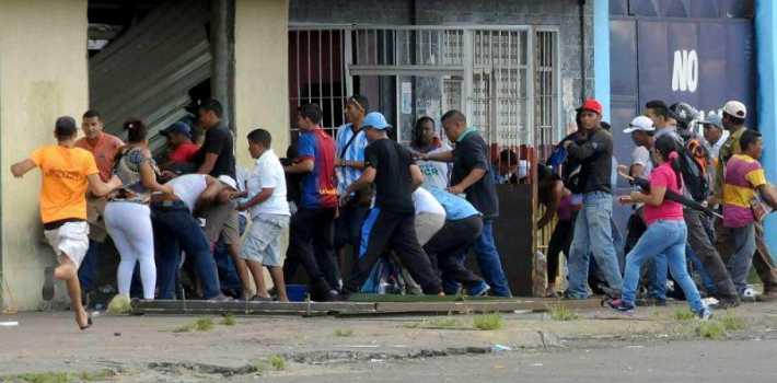 Người dân Venezuela cướp phá cửa hàng trong cơn đói