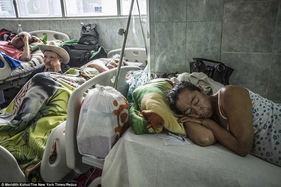 Thân nhân người bệnh tìm mọi chỗ có thể để ngồi nghỉ ngơi, chăm sóc