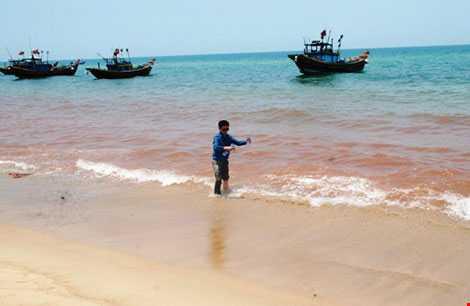 rung tâm Quan trắc môi trường Quảng Bình lấy mẫu nước màu đỏ gạch để phân tích (Ảnh: Pháp luật TPHCM)
