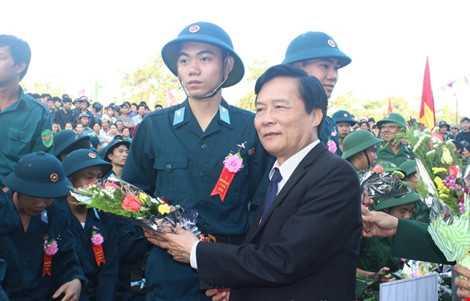 Ông Đào Tấn Lộc trong một dịp tiễn tân binh lên đường nhập ngũ. Ảnh: tptuyhoa.phuyen.gov.vn