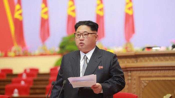 Chủ tịch Triều Tiên Kim Jong-un xuất hiện với phong cách ăn mặc hoàn toàn mới trong Đại hội Đảng Lao động Triều Tiên lần thứ 7