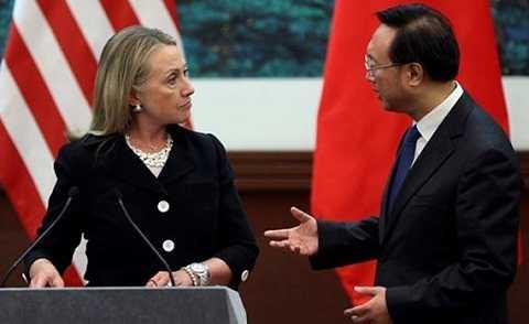 Ngoại trưởng Clinton và người đồng cấp Trung Quốc Dương Khiết Trì trao đổi về Biển Đông trong một cuộc họp báo ở Bắc Kinh ngày 5/9/2012. Ảnh: AP