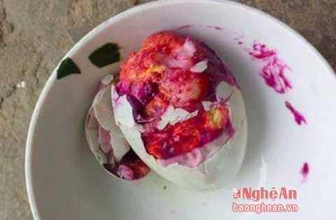 Quả trứng vịt lộn có màu đỏ khi luộc lên khiến nhiều người hoang mang, lo lắng. Nguồn: Báo Nghệ An