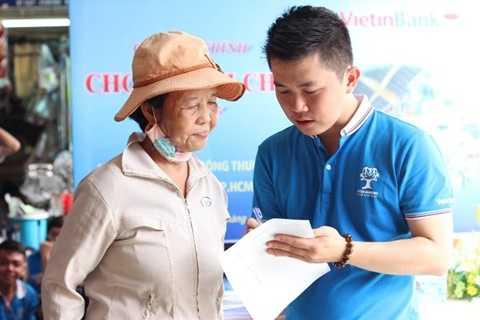 Tư vấn khách hàng về sản phẩm, dịch vụ bán lẻ của VietinBank
