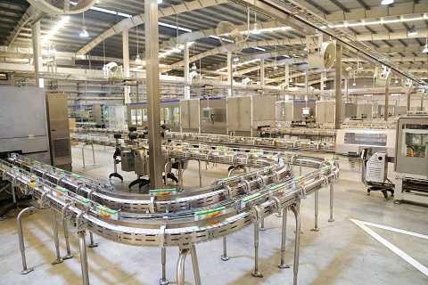 Các gia đình tham quan hoàn toàn tin tưởng vào chất lượng và vệ sinh của sản phẩm khi chứng kiến dây chuyền sản xuất tự động 100%