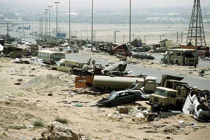 """1.""""Những cabin xe tải hứng nhiều bom đạn nằm la liệt trên mặt đất, và không thể nhìn thấy có tài xế bên trong hay không"""", nhà báo người Mỹ gốc Lebanon Joyce Chediac viết."""