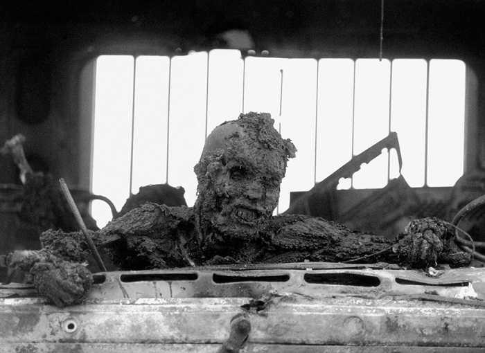 Thi thể một người lính Iraq đã bị cháy thành than khi đang cố gắng thoát ra khỏi cabin xe tải.