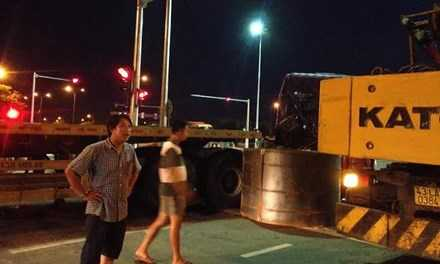 Khối thép 45 tấn rơi xuống đường, người dân một phen khiếp đảm. Ảnh: Thanh Trần