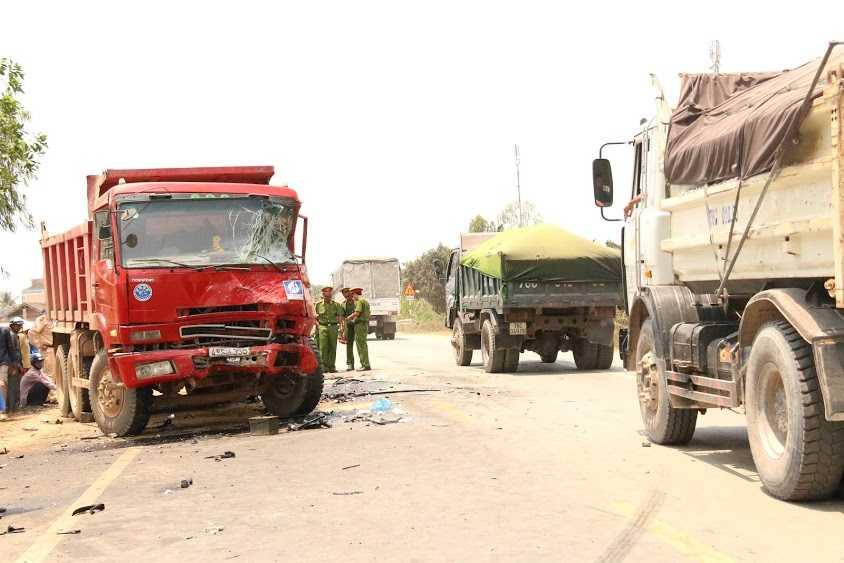 Hiện trường vụ tai nạn kinh hoàng khiến 11 người thương vong.