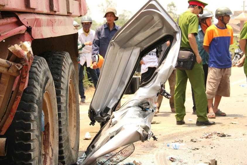 Những mảnh vỡ từ xe khách vẫn còn dính trên chiếc xe tải.