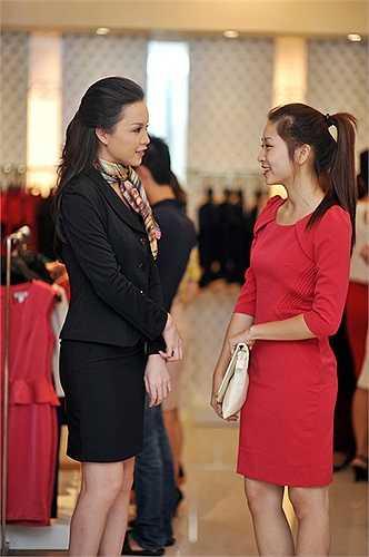 Ngọc Oanh trò chuyện cùng người đẹp Vân Anh