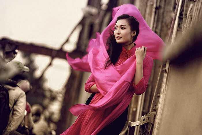 Trang phục: NTK Đức Hùng, Nhiếp ảnh: Triệu Cường, Trang điểm: Kenny Thái. Stylist: Vô Thường.