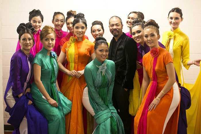 Nhà thiết kế Đức Hùng bên cạnh các người đẹp tại hậu trường Lễ hội Áo dài.