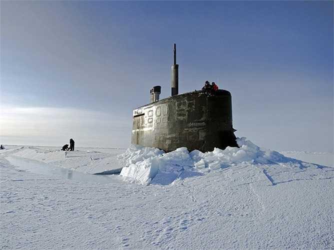 USS Connecticut đã thực hiện nhiều hành trình đến vùng cực và có mặt ở những vùng chỉ toàn băng tuyết