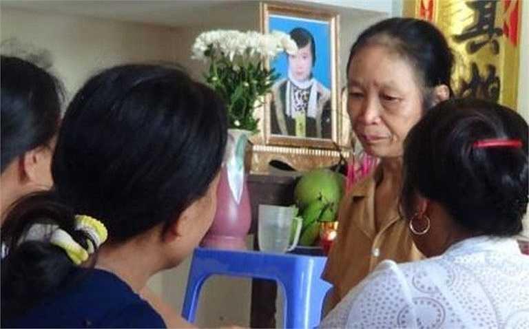 Nhiều người khóc thương trước di ảnh của em nữ sinh Lê Thị Mỹ Duyên.