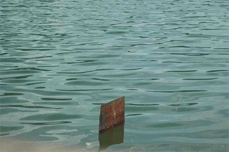 Con hồ tử thần, nơi 8 nữ sinh chết đuối mới được cắm biển báo...nhưng đã quá muộn.