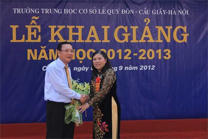 Bộ trưởng Phạm Vũ Luận chúc mừng các thành tích của thầy và trò trường THCS Lê Quý Đôn