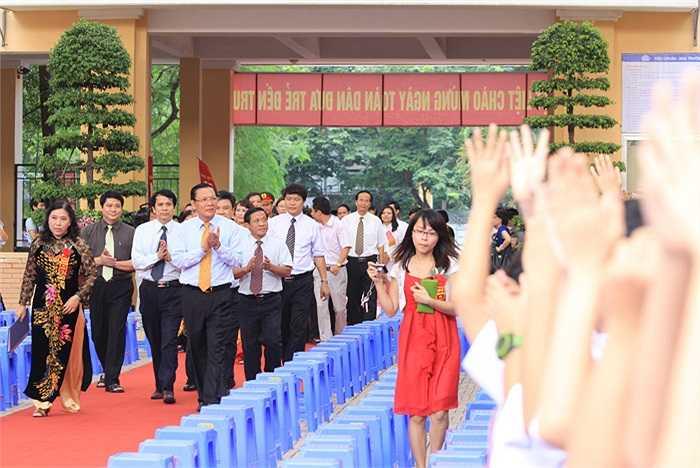 Bộ trưởng Phạm Vũ Luận cùng lãnh đạo Sở GD-ĐT Hà Nội đến dự khai giảng tại trường THCS Lê Quý Đôn
