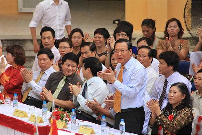 Bộ trưởng Bộ GD-ĐT Phạm Vũ Luận và GĐ Sở GD-ĐT Hà Nộ Nguyễn Hữu Độ tham dự Lễ khai giảng năm học mới tại trường THCS Lê Quý Đôn
