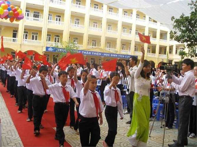 Các em học sinh lớp 6 trong ngày đầu tiên tại ngôi trường mới