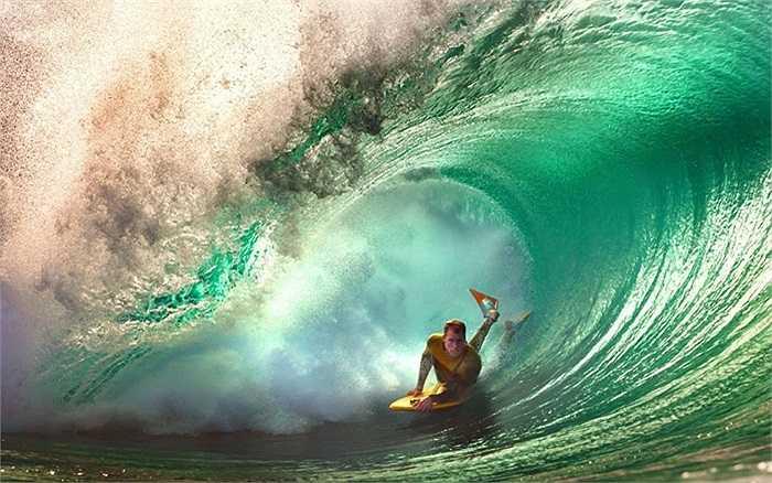 Hình ảnh ấn tượng của vận động viên lướt sóng qua ống kính của nhiếp ảnh gia Lee Kelly ở đảo Tahiti, nước Pháp
