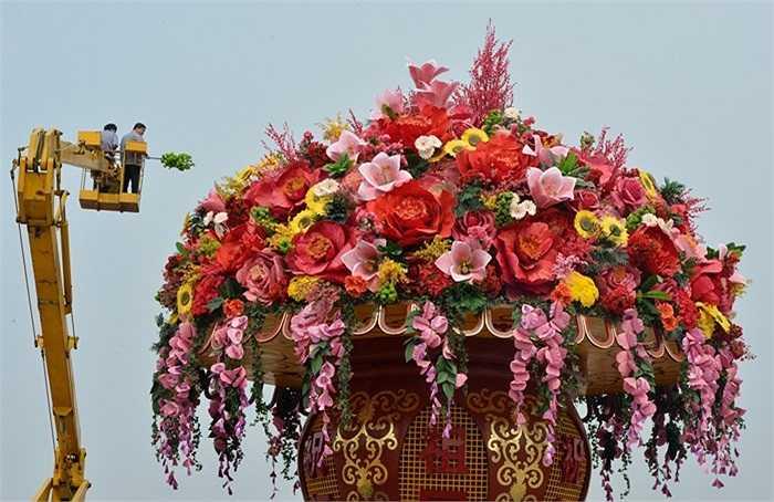 Bình hoa khổng lồ trên quảng trường Thiên An Môn chào mừng Đại hội Đảng lần thứ 18 sắp diễn ra ở thủ đô Bắc Kinh, Trung Quốc