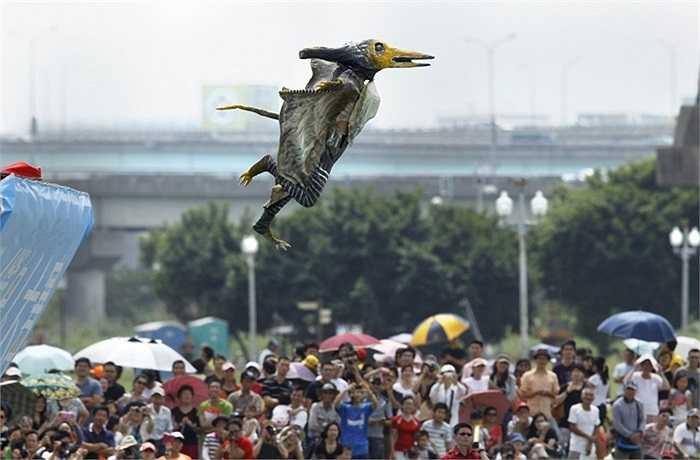 Thí sinh tham dự cuộc thi 'Người chim 2012' hóa trang biểu diễn ở thành phố Đài Bắc, Đài Loan trước sự theo dõi của hàng trăm người