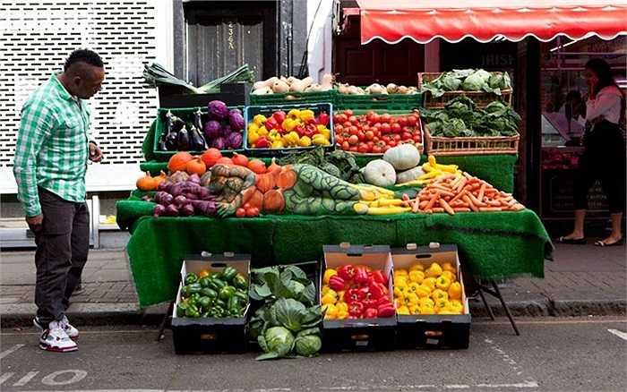 Người mẫu 'tàng hình' cùng rau quả là tác phẩm của nghệ sĩ Carolyn Roper được 'trưng bày' trong một khu chợ ở thủ đô London, Anh