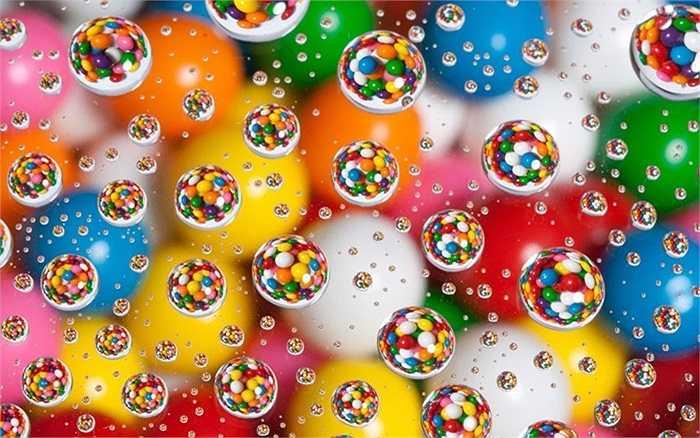 Bóng nước phản chiếu những viên kẹo rực rỡ sắc màu qua ống kính của nhiếp ảnh gia Patrick Lindsay