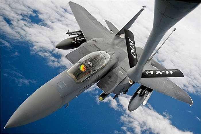 Chiến cơ Đại bàng F-15E thuộc lực lượng không quân Mỹ trong một nhiệm vụ trên Đại Tây Dương