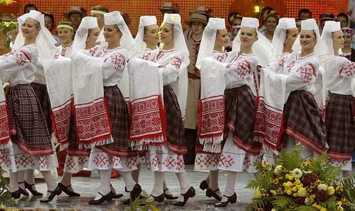 Thiếu nữ Belarus mặc trang phục truyền thống biểu diễn trong lễ hội ngày mùa Dazhynki ở thị trấn Gorki, cách thủ đô Minsk khoảng 270km về phía đông